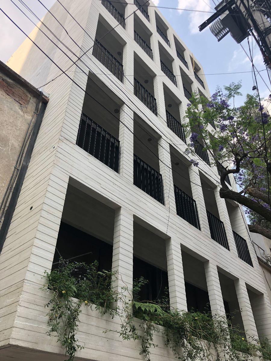 15 de 16: Fachada de concreto aparente blanco