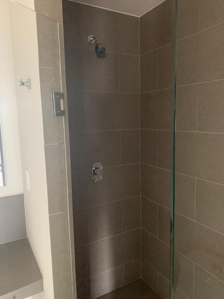 4 de 17: Baño con cancel de vidrio templado