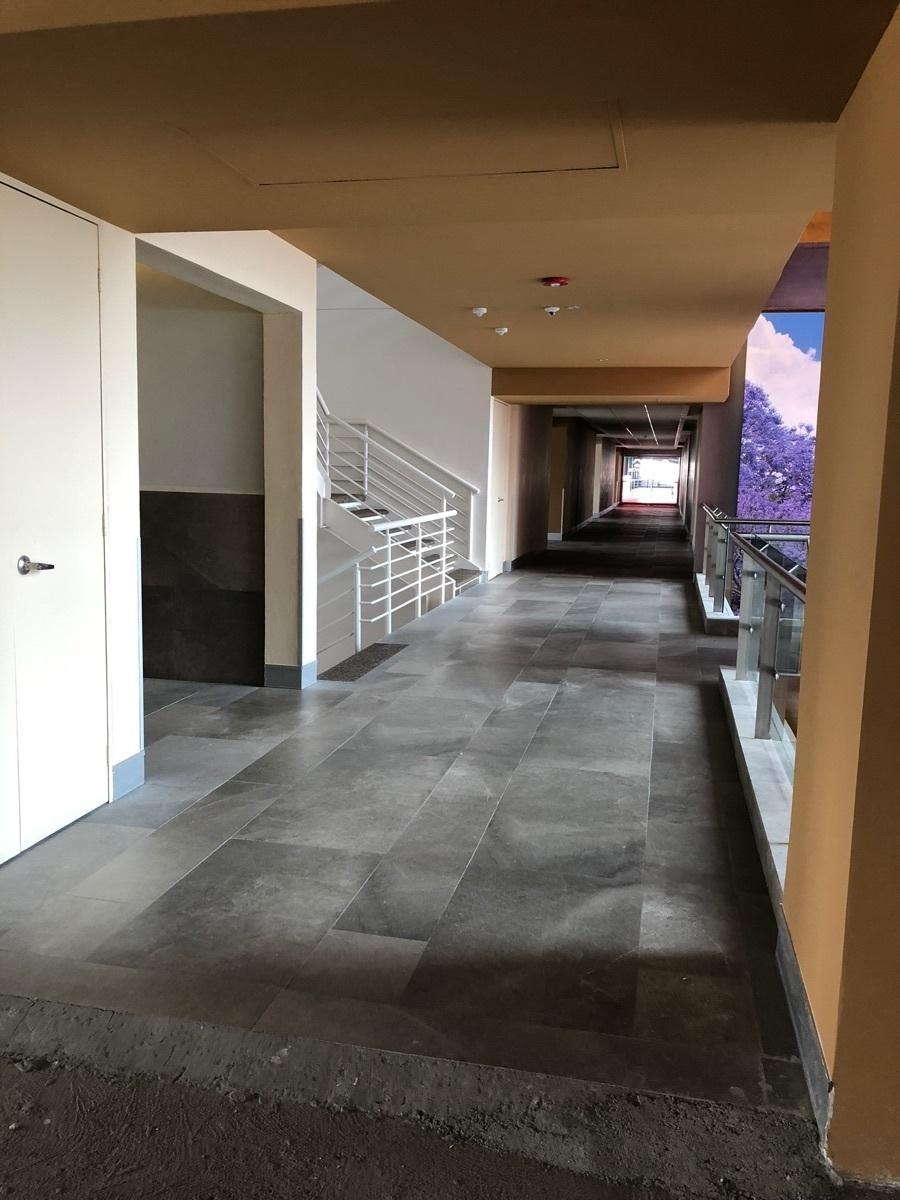 3 de 43: Corredor, acceso a baños y escalera interior.