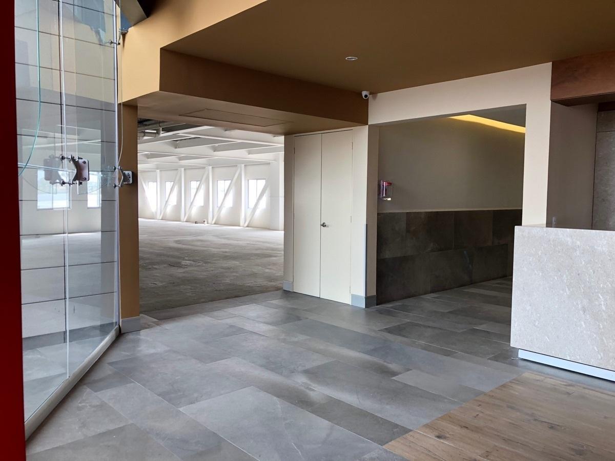 19 de 43: Acceso a los baños y entrada al nivel 3 Norte.