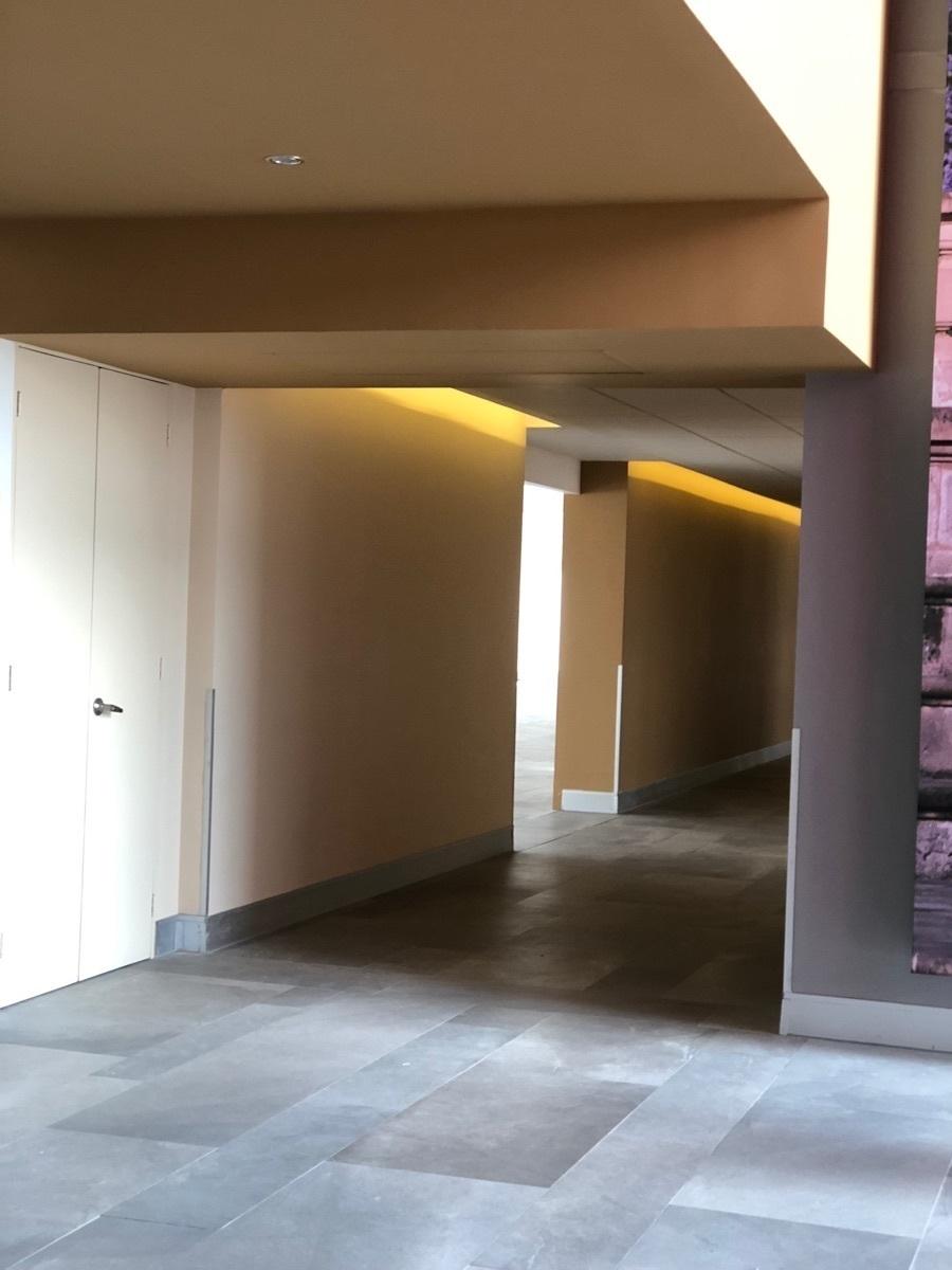26 de 43: Corredor y acceso a oficina.