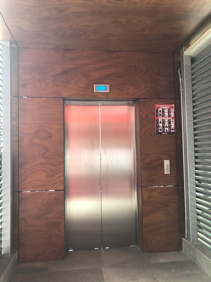 30 de 43: Elevador con acceso a cada nivel.