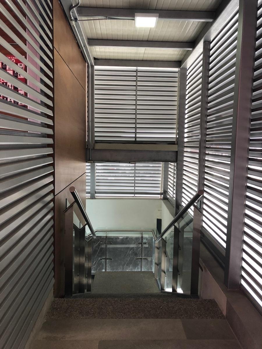 32 de 43: Escaleras exteriores. contiguas al elevador.