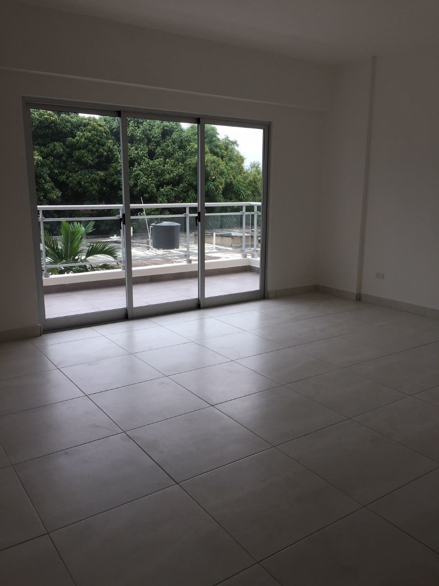 2 de 9: Sala y balcon.
