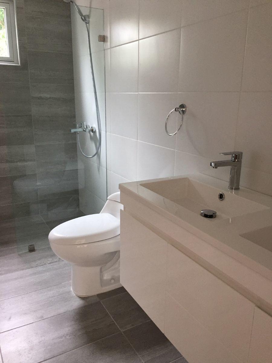 7 de 9: Bano con ducha moderna.