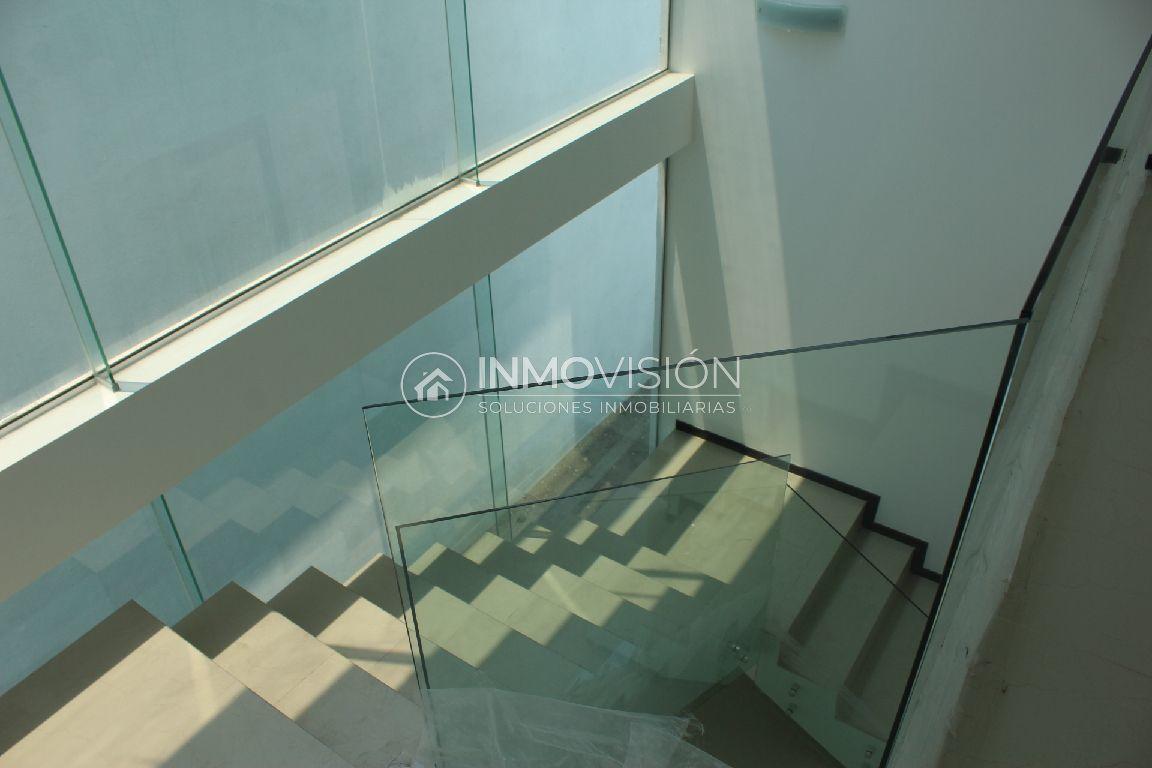 12 de 26: Escalera con barandal de cristal templado