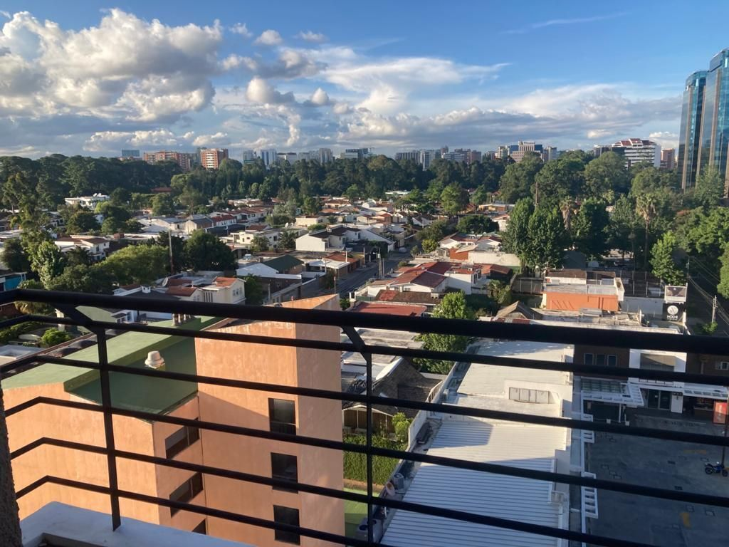 5 de 12: Amplio balcón y agradable vista a z. 14
