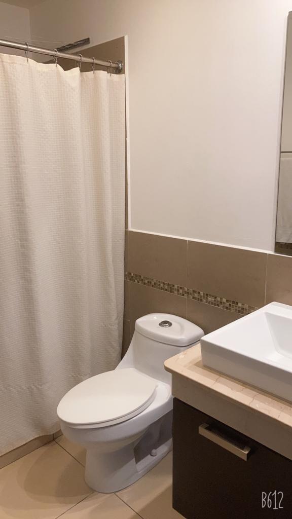 12 de 12: Baño completo con gabinete y espejos