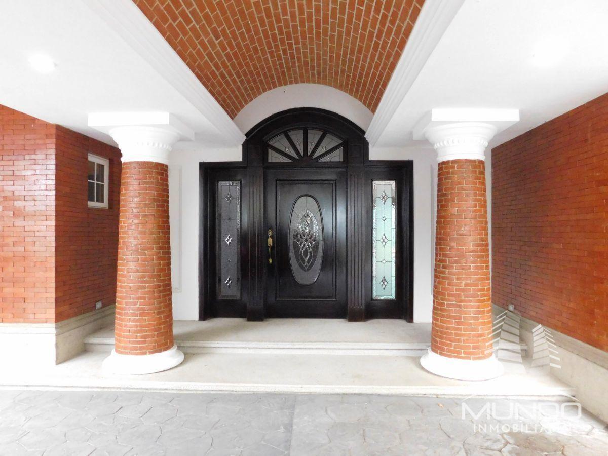 2 de 14: Puerta principal