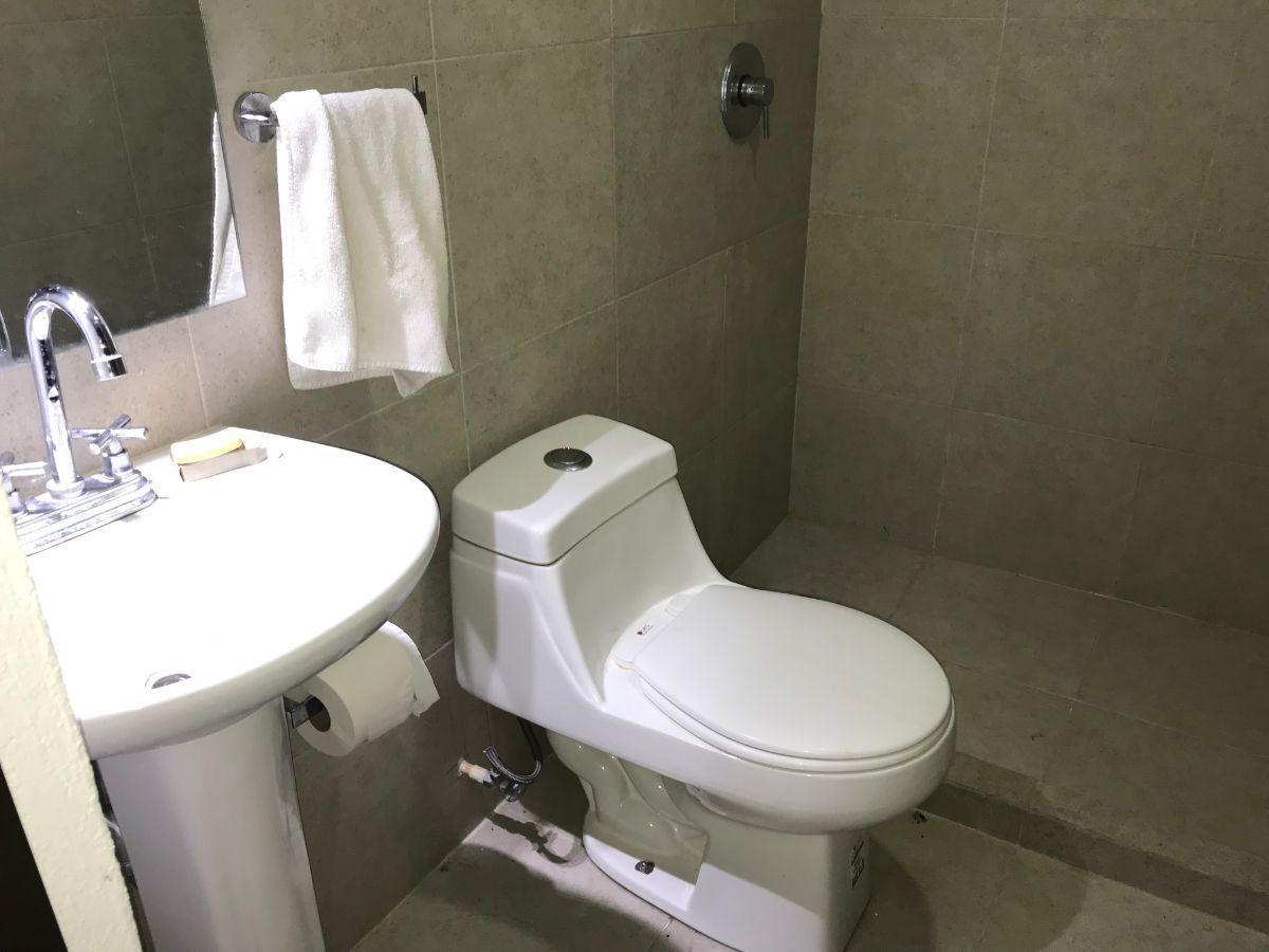 32 de 48: Baño de cuarto de servicio