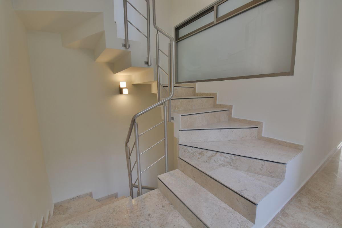 9 de 38: Escalera de mármol