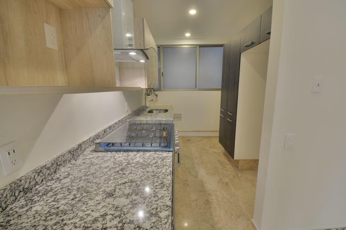 17 de 38: Area de despensa y espacio para refrigerador grande