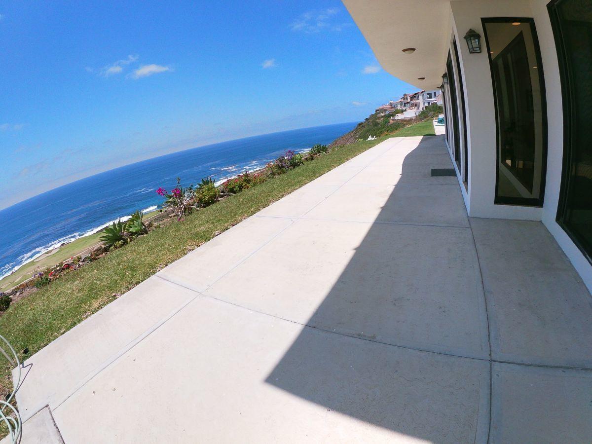 22 de 31: Amplia terraza con vista al mar y campo de golf