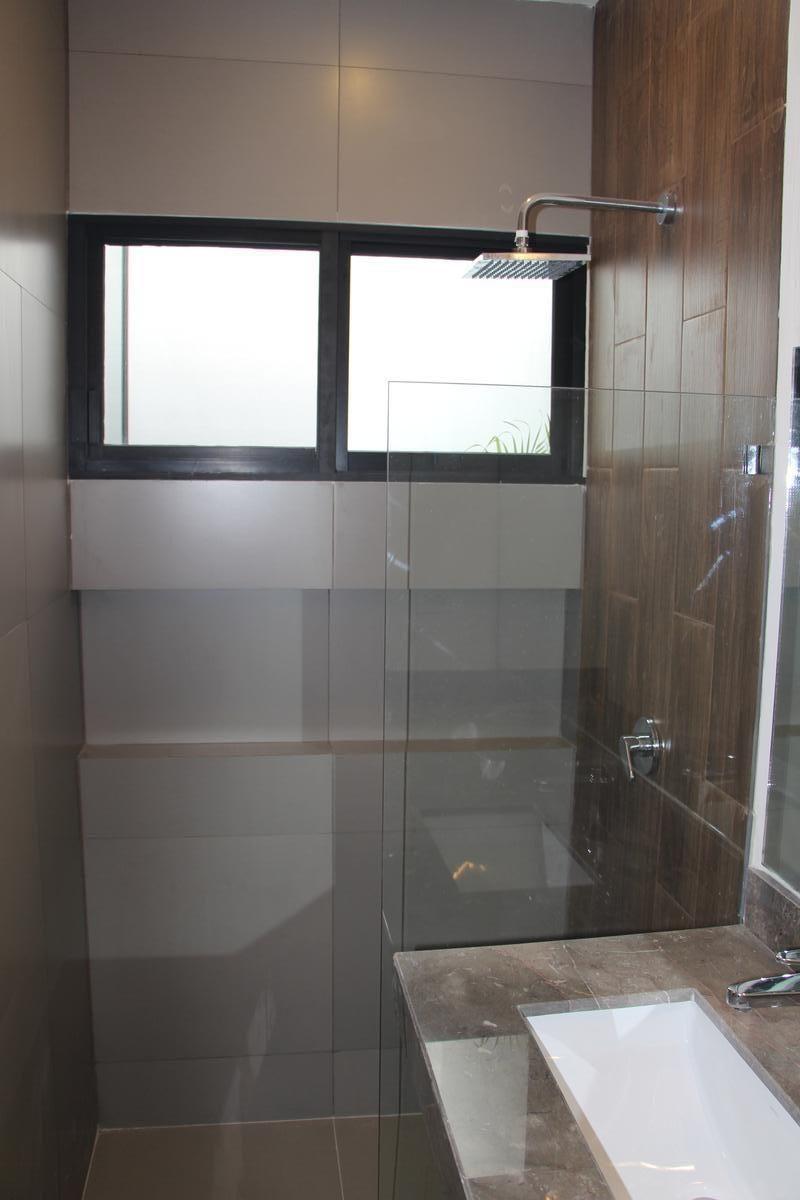 17 de 43: Baño completo cuarto en planta baja.