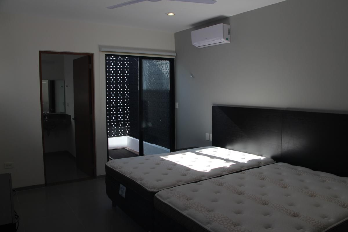 20 de 43: Cuarto 2 totalmente equipado con cama, aire, closets.