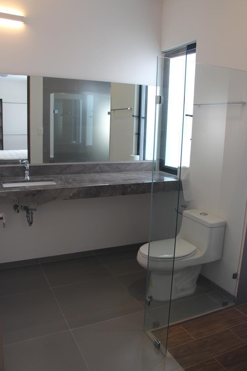 28 de 43: Incluye espejos y accesorios de baño.