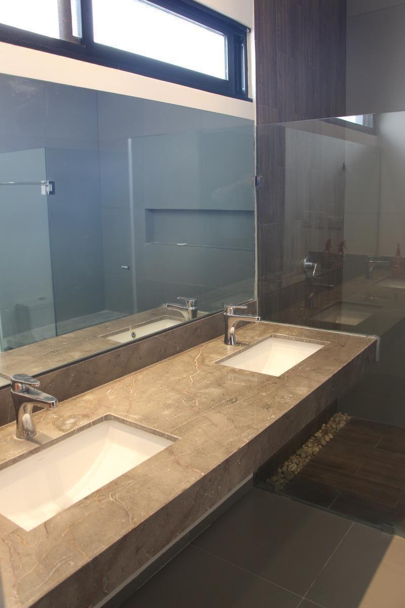 34 de 43: Doble lavabo en recámara principal.