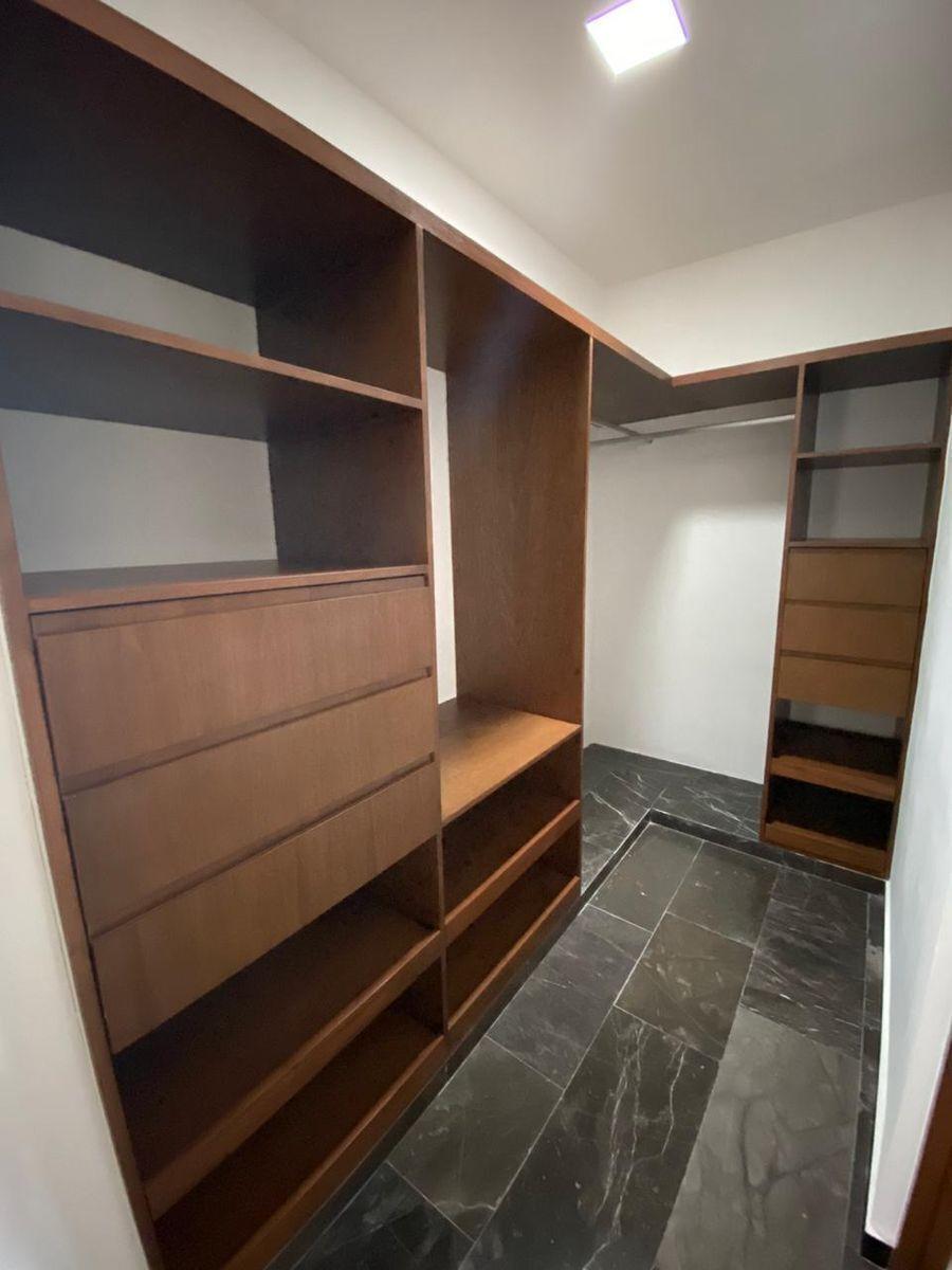 8 de 42: Closet Vestidor Recámara Principal