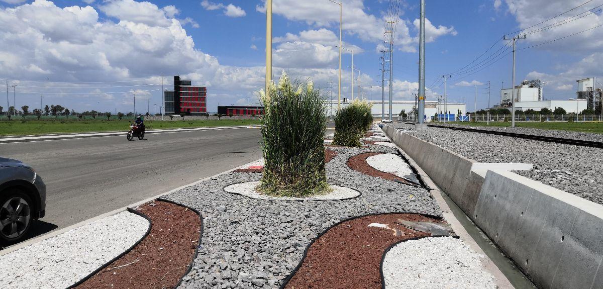 4 de 11: Vista de canal de aguas pluviales y decoración de avenidas
