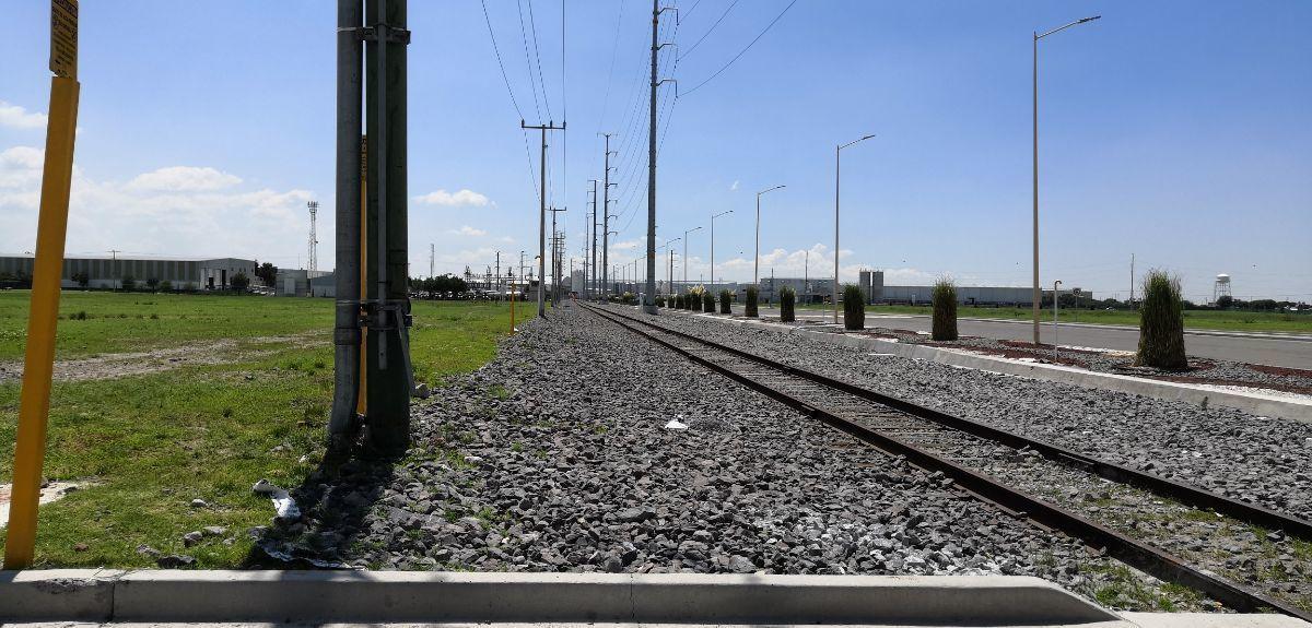 10 de 11: Vista de las vías del tren que colindan con el terreno