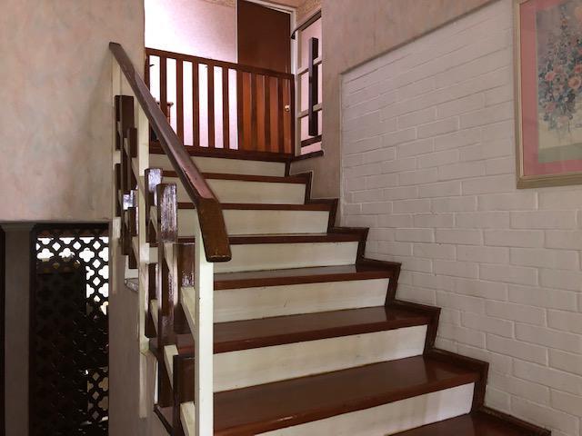 25 de 30: escaleras para pasar al antecomedor y cocina