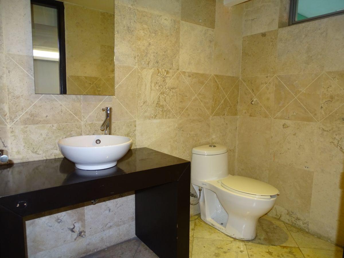 9 de 28: Baño de despacho principal