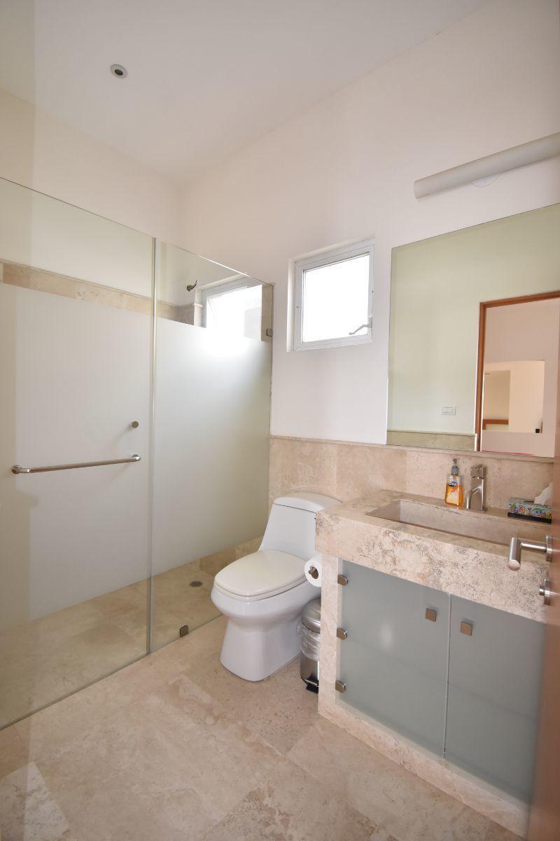 14 de 40: Baño de cuarto de visitas