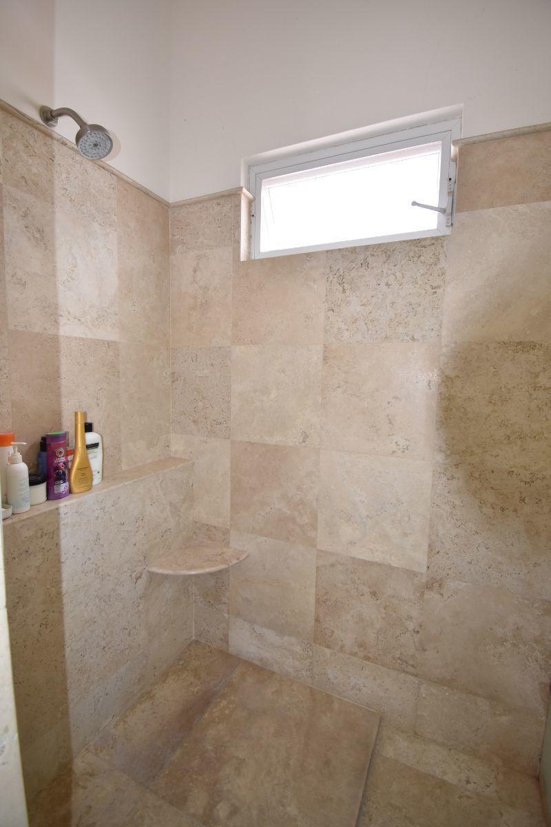 33 de 40: baños en mármol y vidrio templado