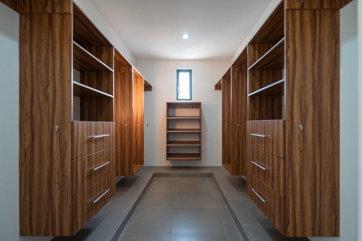 9 de 19: Closet Vestidor Recámara Principal