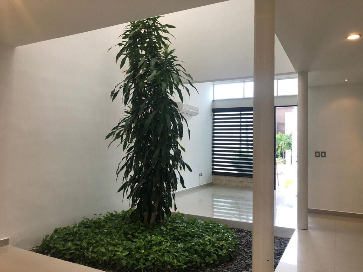 7 de 26: Jardín interior