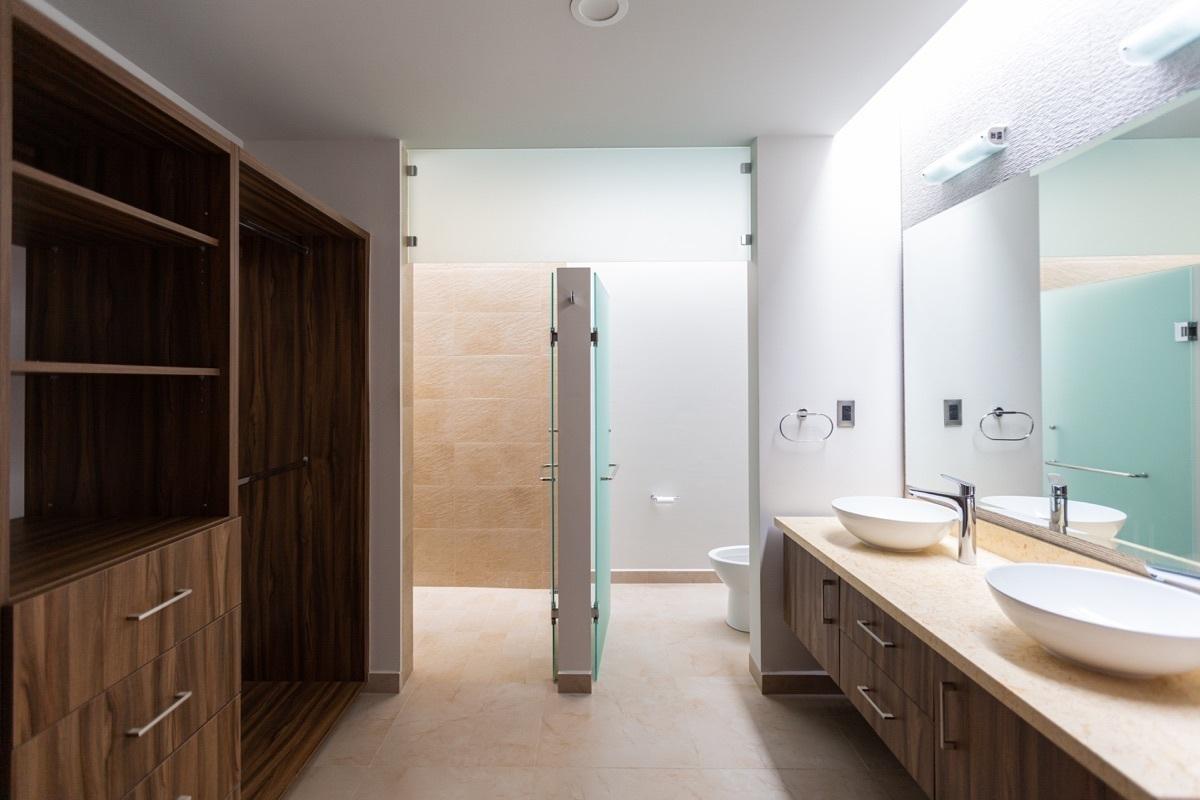 8 de 16: Salas de baño equipadas
