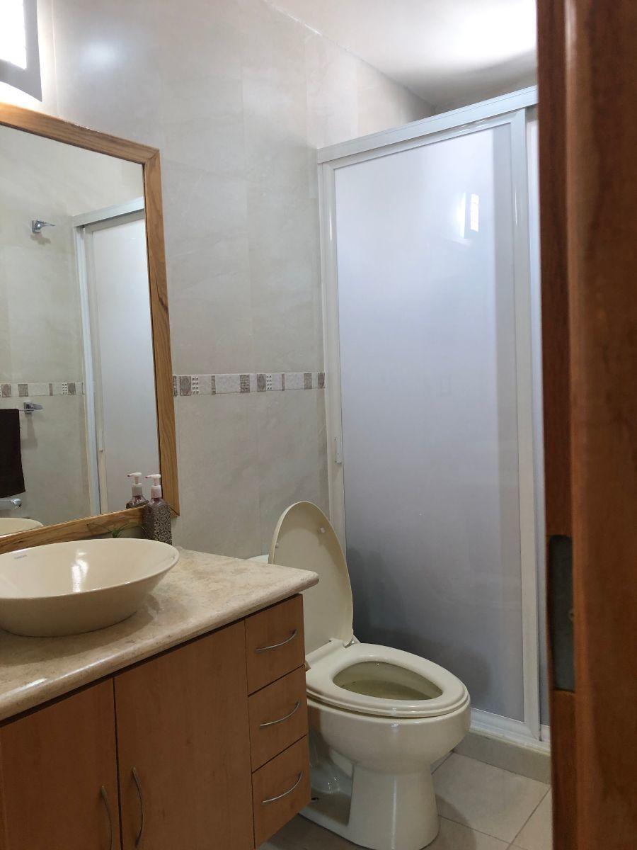 14 de 25: Baño completo afuera de la habitación 2