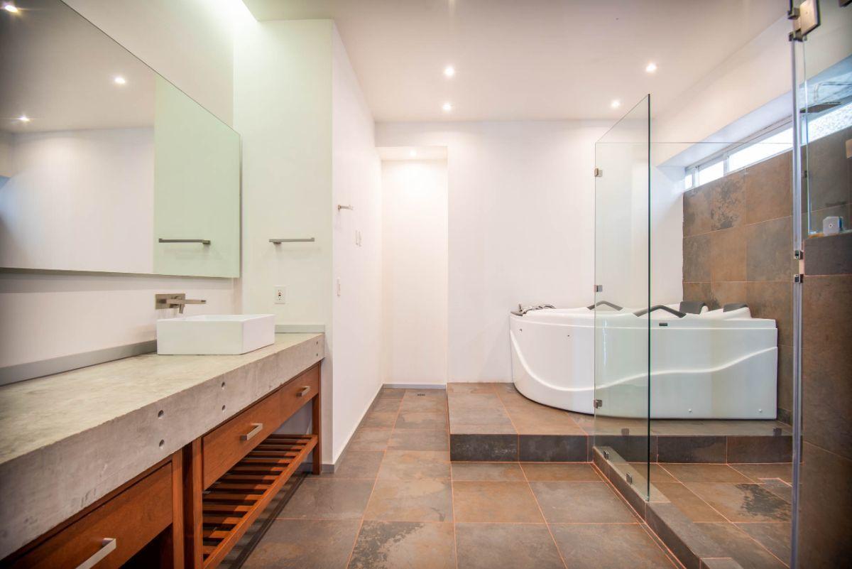 4 de 13: Baño Principal con Jacuzzi y doble lavabo
