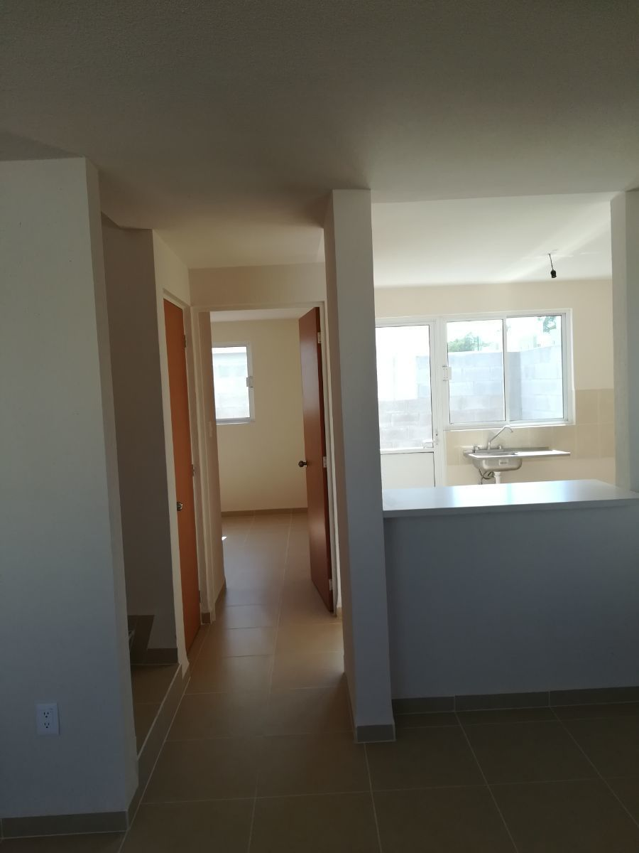 8 de 14: De izq a derecha: escaleras, entrada baño, rec. y cocina