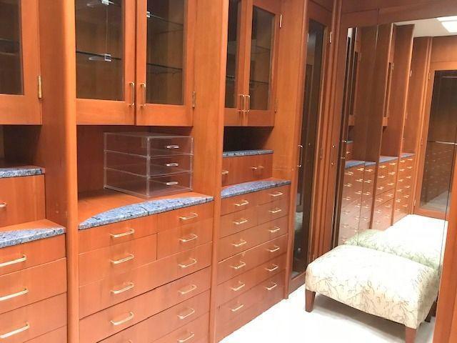 20 de 36: Vestidor con acabados preciosos y madera muy fina