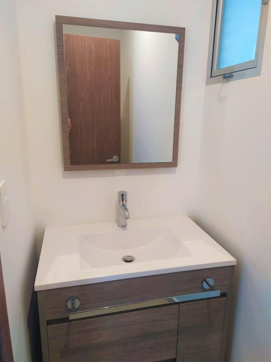 26 de 29: Medio baño de visitas