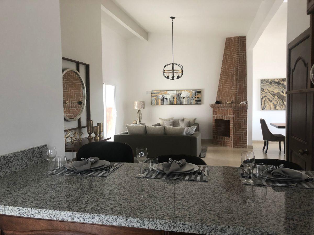 5 de 16: Vista de cocina a sala con chimenea