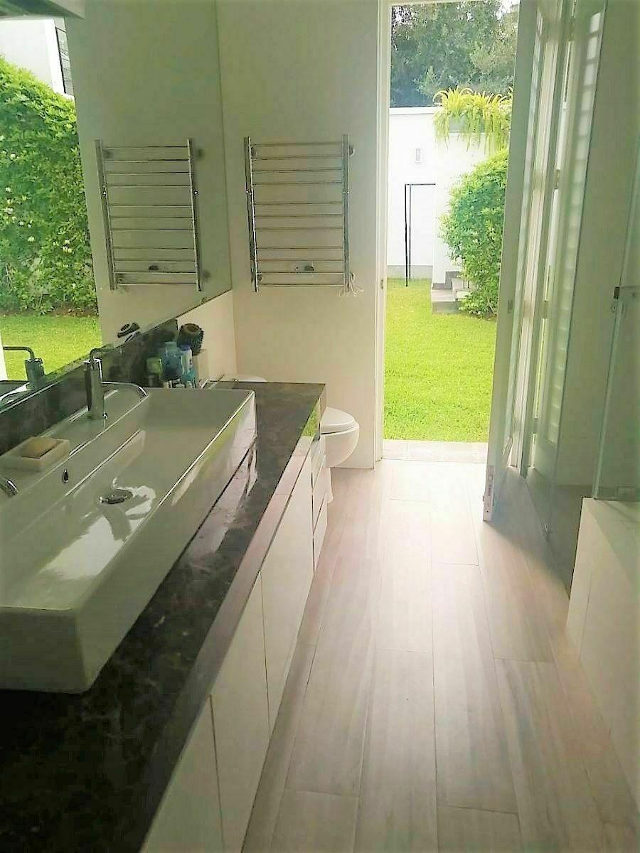 11 de 21: Moderno Baño Principal con Acabados de Lujo salida jardín