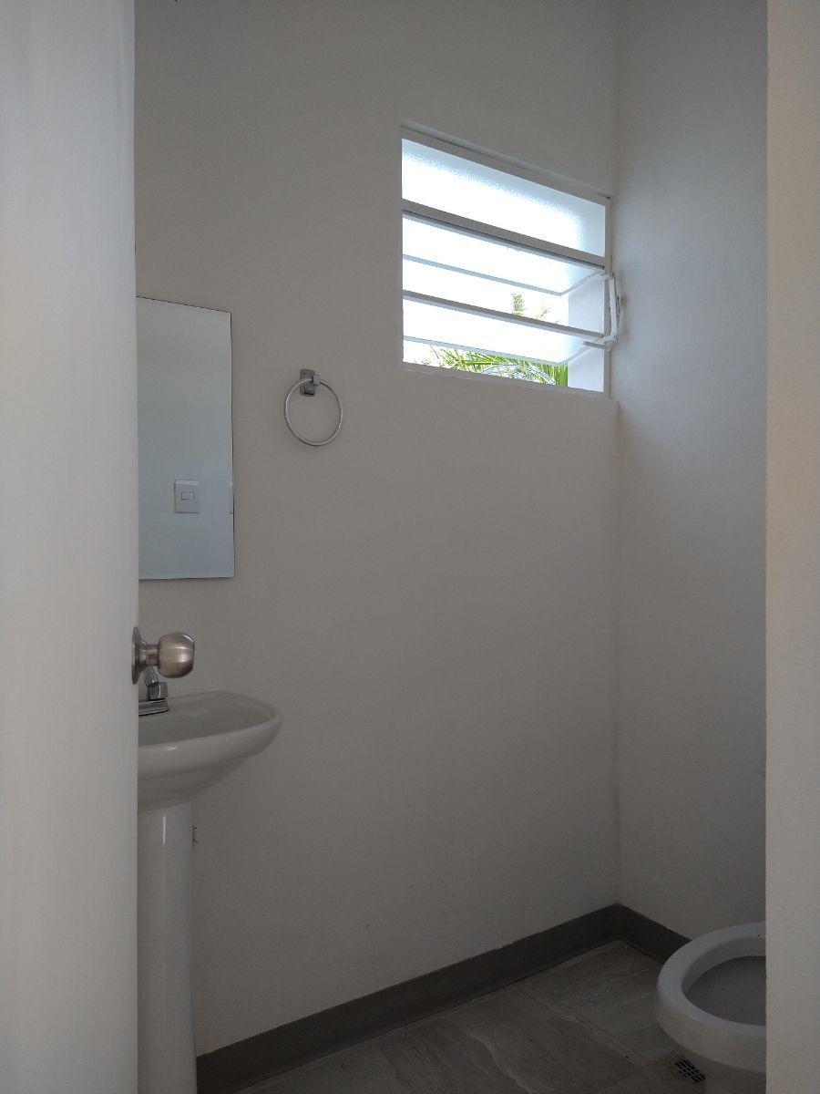 9 de 27: Medio baño de área de oficinas