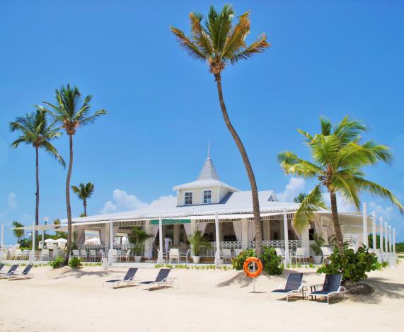 8 de 50: Club de playa con restaurante y piscina con vista infinity.