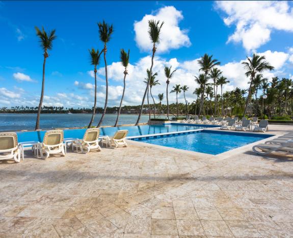 7 de 50: Club de playa con restaurante y piscina con vista infinity.