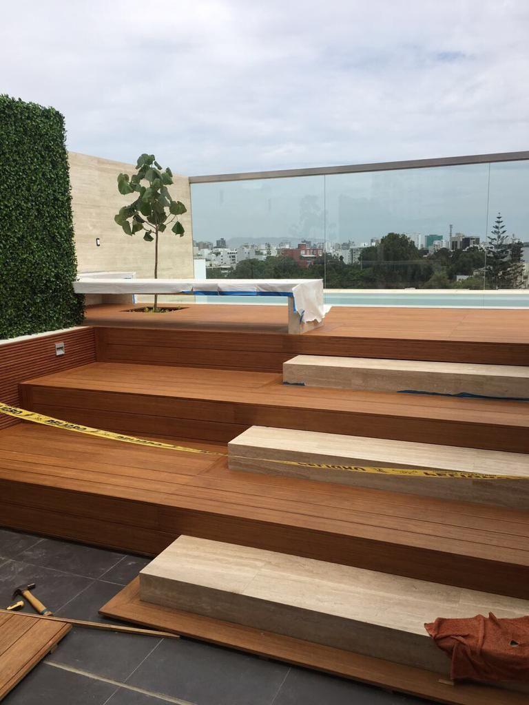 26 de 41: Escaleras en deck y mármol hacia la piscina