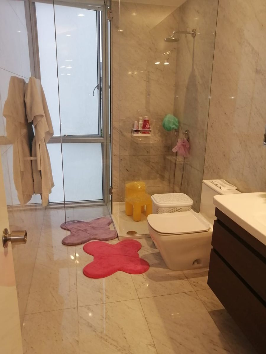 34 de 41: Baño de dormitorio secundario con calentador de toallas