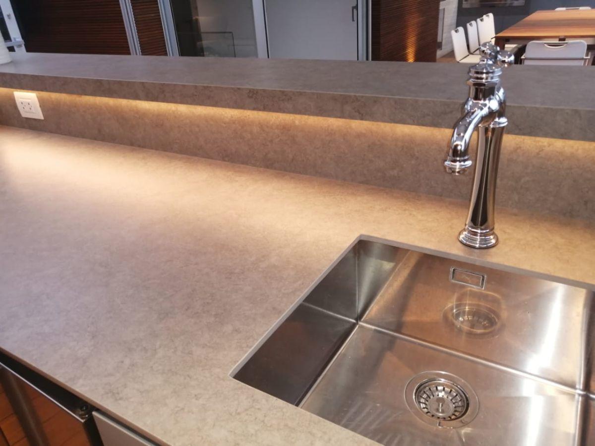 39 de 41: Bar con iluminación led, poza en acero, ice maker, mini bar,