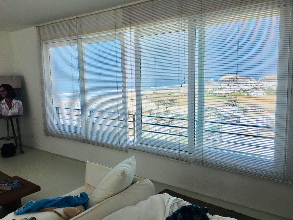 10 de 29: Vista desde una sala de estar hacia el mar