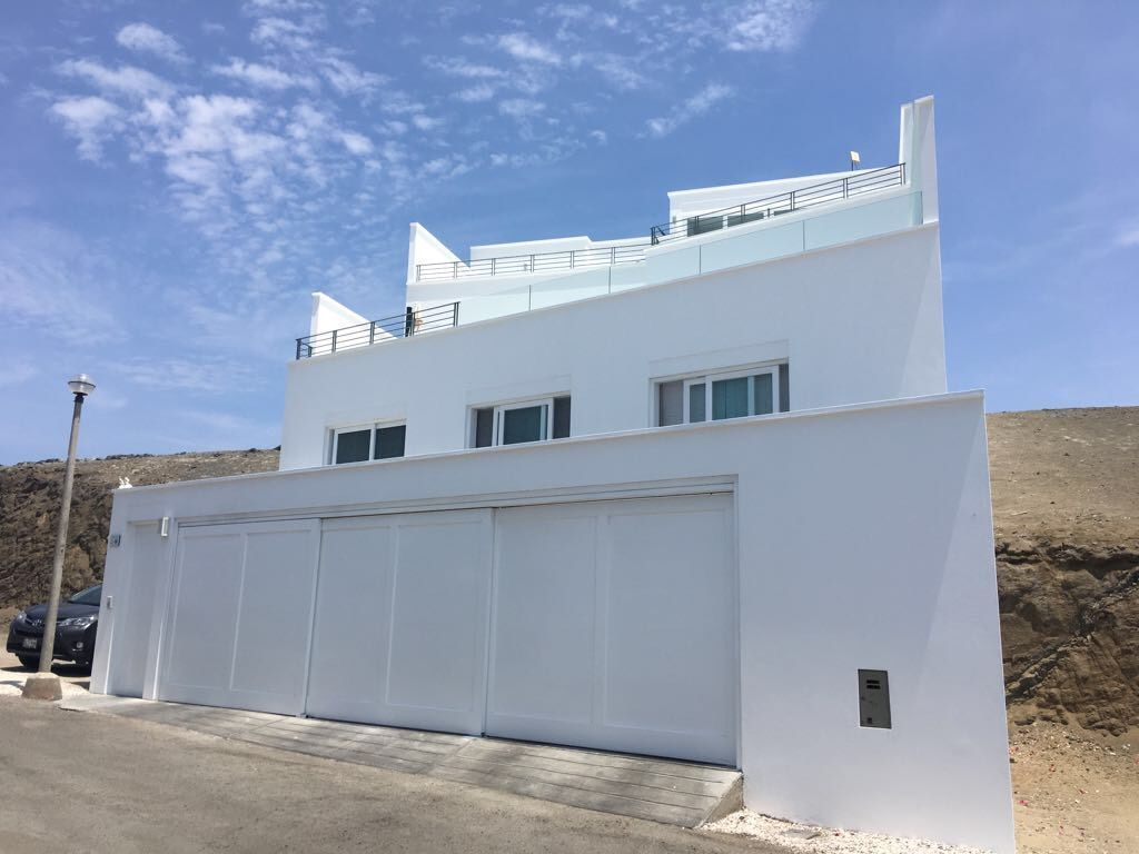 28 de 29: Fachada de la casa con terrazas en movimiento