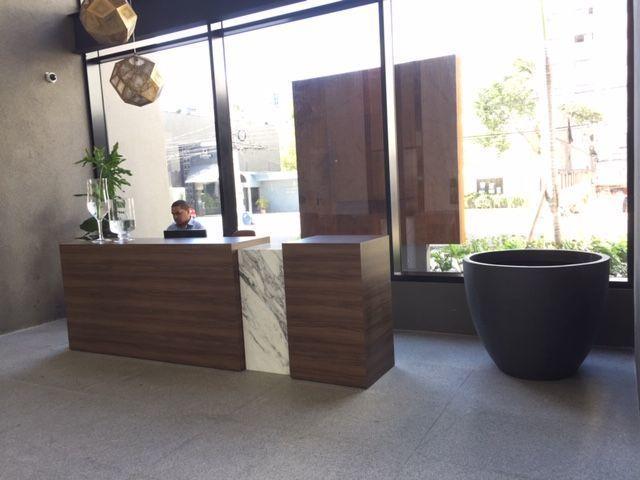 1 de 5: Lobby con recepcion y seguridad.