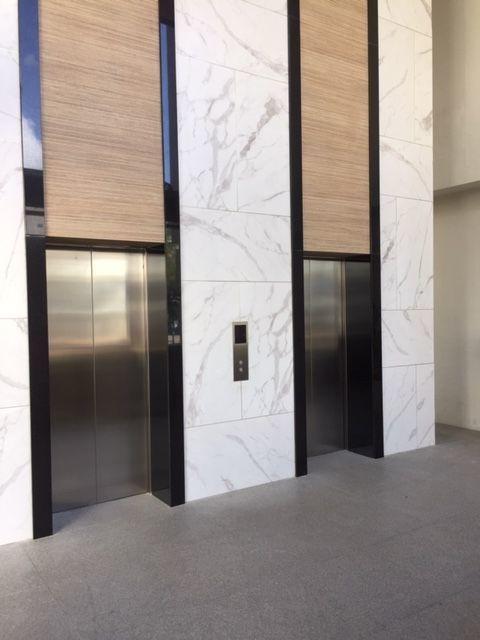 4 de 5: Vestibulo de ascensores.