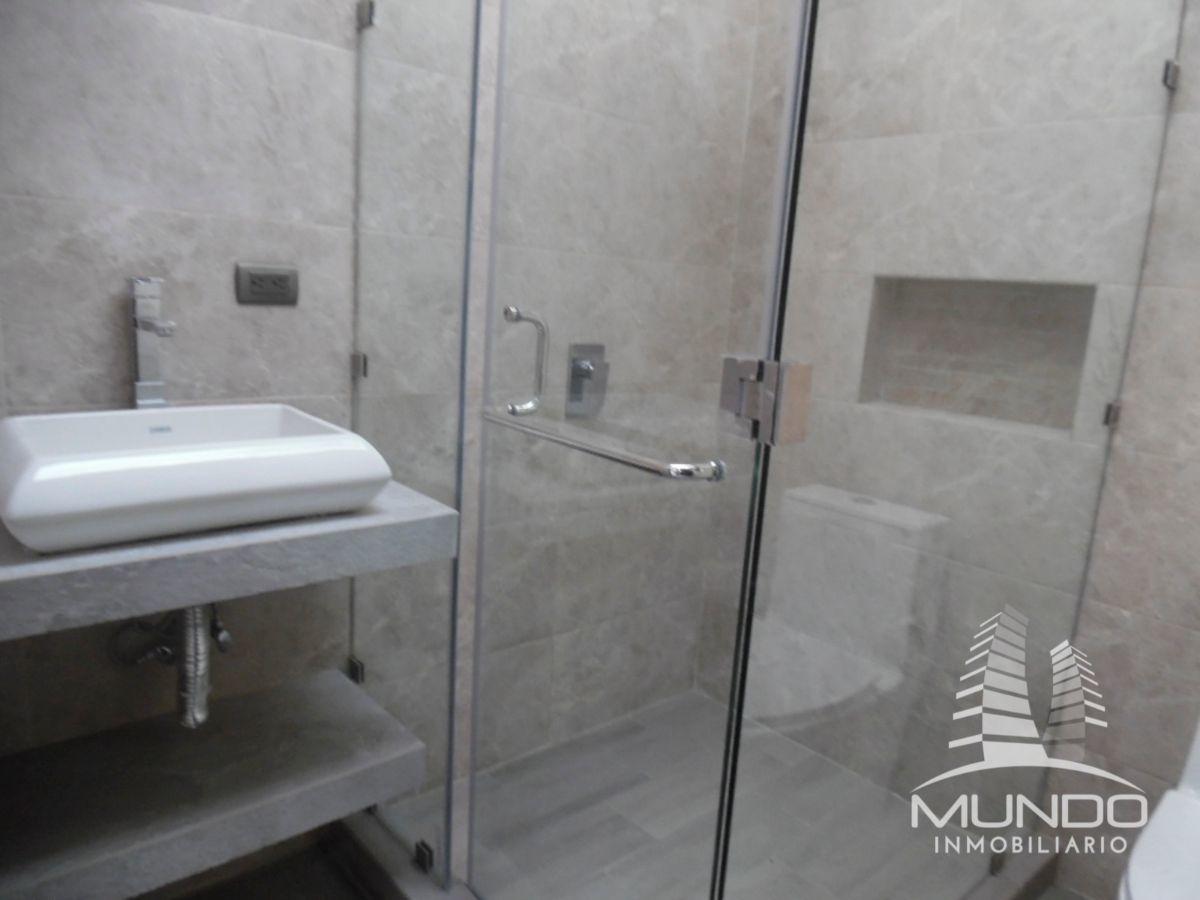 13 de 15: Baño con detalles modernos y mampara de vidrio