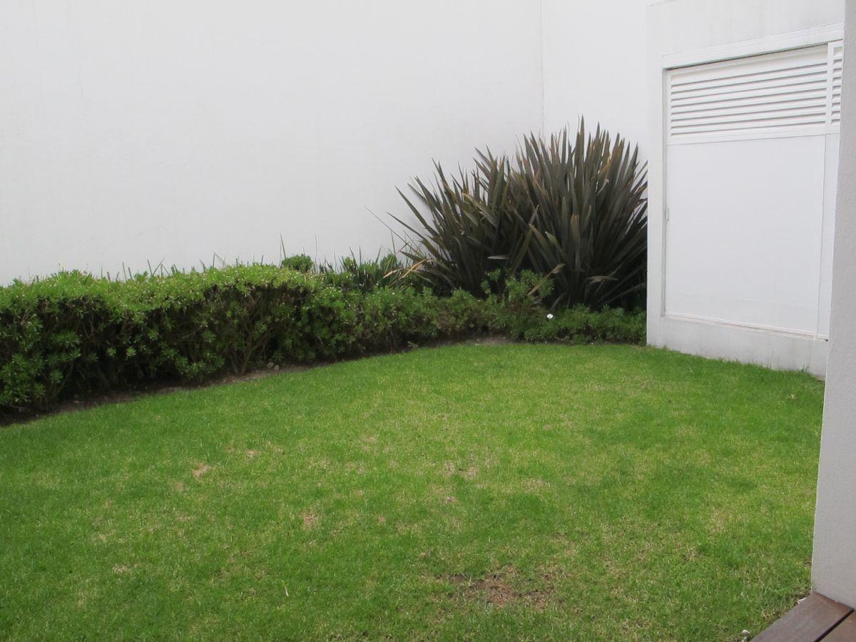 7 de 17: Jardín amplio con deck